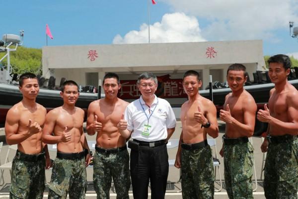 台北市長柯文哲(中)率隊到澎湖勞軍。(翻攝柯文哲臉書)