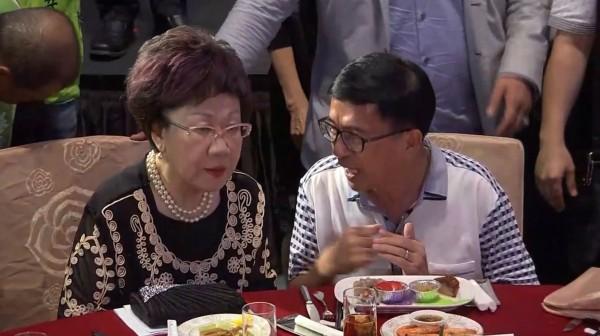 阿扁進場,坐在主桌前副總統呂秀蓮左側,頻頻與呂交頭接耳。(圖擷取自直播畫面)