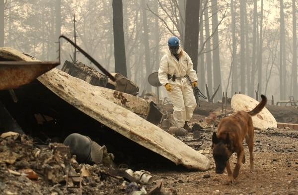 加州森林防火廳(Cal Fire)的「坎普野火」救災指揮官喬許.畢沙夫表示,「目前消防人員與部屬的推土機,可以確保火勢不會進入奧羅維爾;而後方已經焚毀的地區,仍留下高溫的灰燼,還是十分危險。」(法新社)