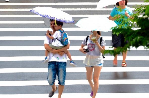 明(20)天的天氣與今天差不多,全台各地大部分時間雲量偏多,有時會下不大的短暫陣雨。(資料照,記者羅沛德攝)