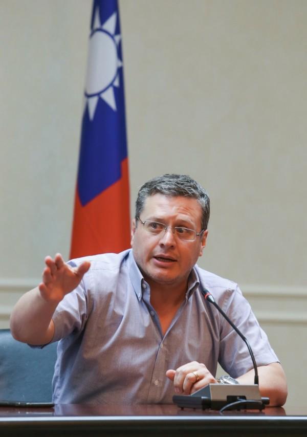 宏都拉斯駐台大使謝拉稍晚強調,推特對字數有所限制,且在宏國國民的認知,中華民國台灣就是中國台灣。(中央社)
