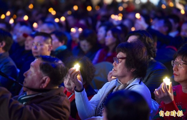 故總統蔣經國逝世三十週年紀念大會13日於台北國軍英雄館舉行,出席民眾手持電子蠟燭,緬懷經國先生對台灣的貢獻。(記者羅沛德攝)