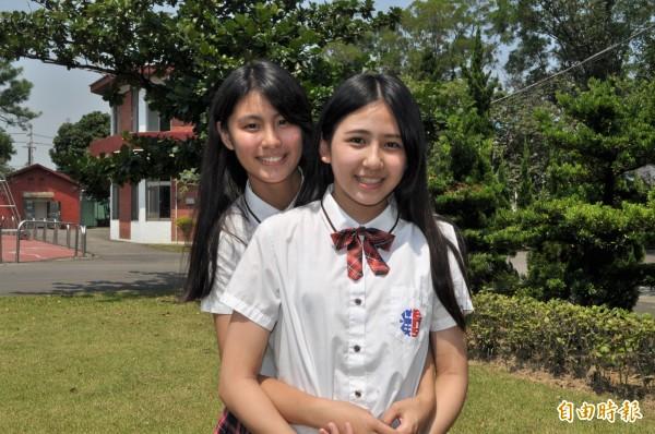 紅黑條紋的短領帶,讓白襯衫「亮了起來」,襯托高中女生可愛模樣。(記者周敏鴻攝)