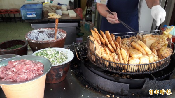 「北門炸粿」第四代翁文芳傳承父執輩的好味道。(記者洪美秀攝)