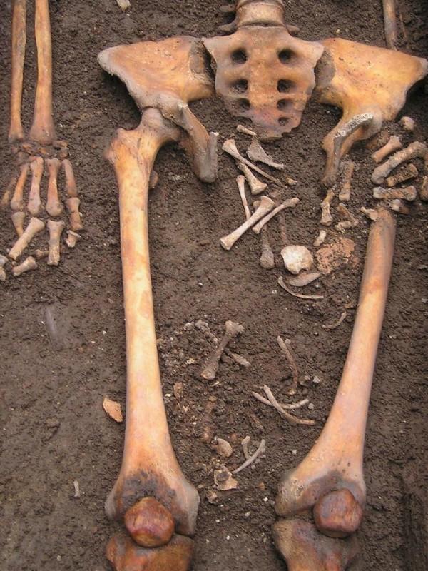 义大利考古学家发现中世纪「死尸产子」的母子遗骸。(取自《The Sun》)