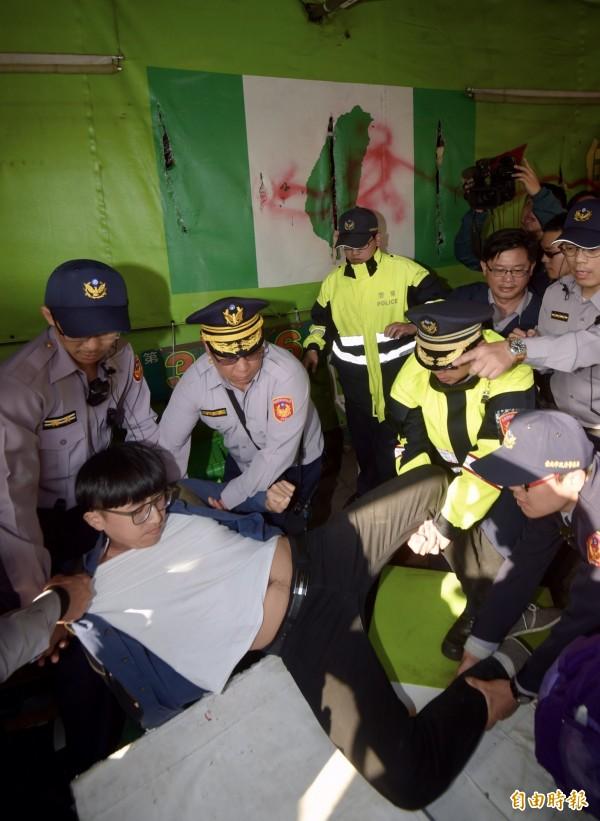 立法院外的公投盟帳篷遭警方拆除,民眾與警方發生衝突。(記者黃耀徵攝)
