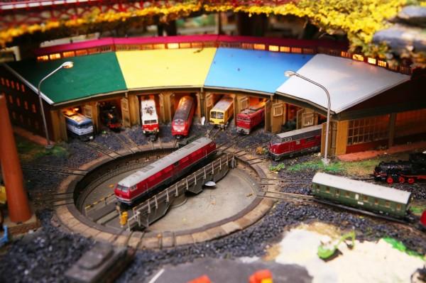 聚集多台列車停靠的是結合列車調度台和扇型車庫的場景,中央調度台還可任意轉動方向。(記者潘自強攝)