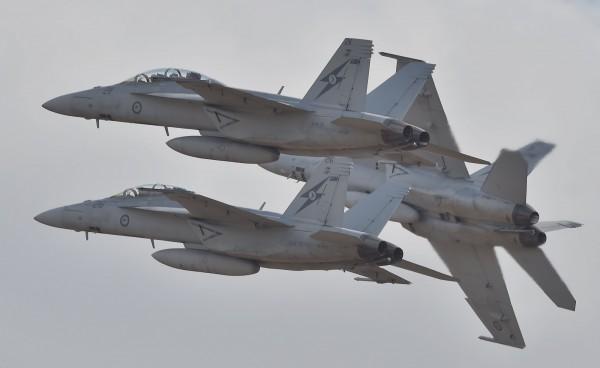 美軍2架F18戰鬥機 疑引擎出問題迫降台南機場
