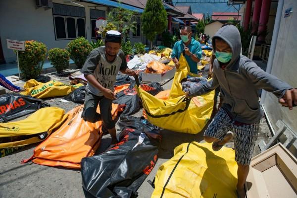 印尼當局將對遺體進行集體埋葬,避免疾病的傳播。(法新社)