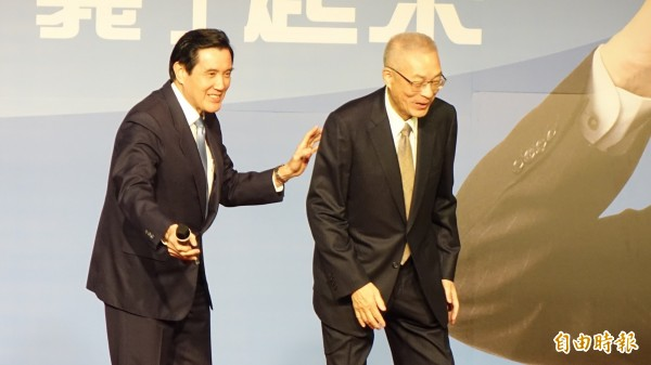 對於總統蔡英文就職滿1週年的執政表現,前總統馬英九(左)迴避媒體詢問,不多說。(資料照,記者叢昌瑾攝)