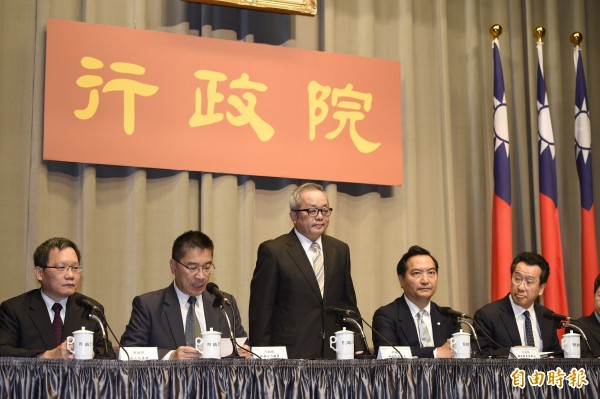 行政院副院長施俊吉(中)進行調查報告發佈。(記者叢昌瑾攝)