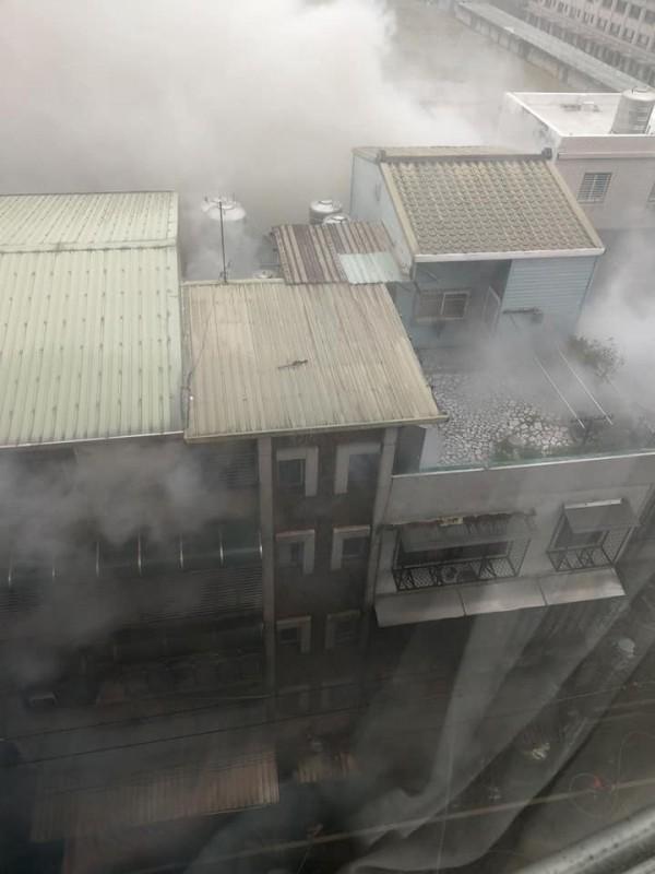 桃鶯路南僑巷當地整排民宅雖未見火光,但民宅的4樓、5樓部分不斷竄出濃煙。(圖擷取自爆廢公社)