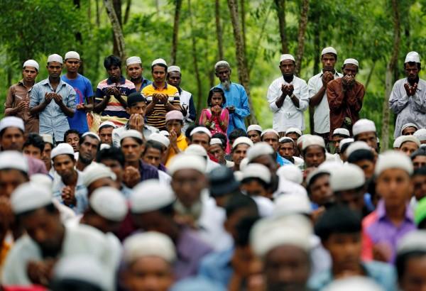 罗兴亚难民们在孟加拉的难民营内举行活动。(路透)