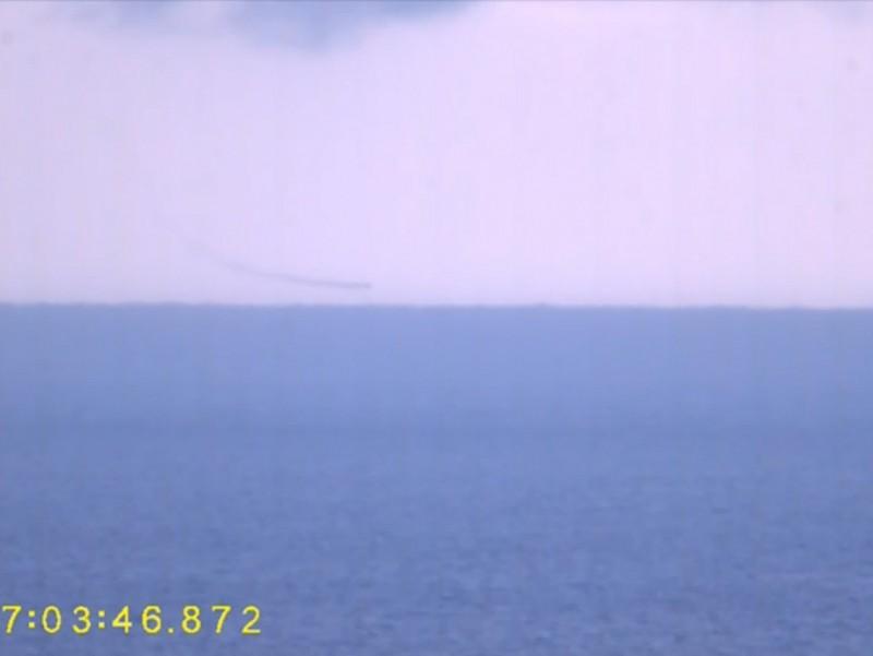 雄3飛彈到達目標區後,就轉為高速俯衝模式,隨後更是以超低空掠海飛行姿態,攻擊並命中靶艦。由國防部發佈的影片中,雄3飛彈由俯衝轉為超低空掠海飛行的軌跡清晰可見。(擷取自國防部漢光影片)