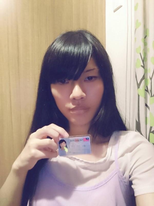 張詠芸亮出身分證,否認是男扮女裝的白姓少年與變性人。(記者張瑞楨翻攝)