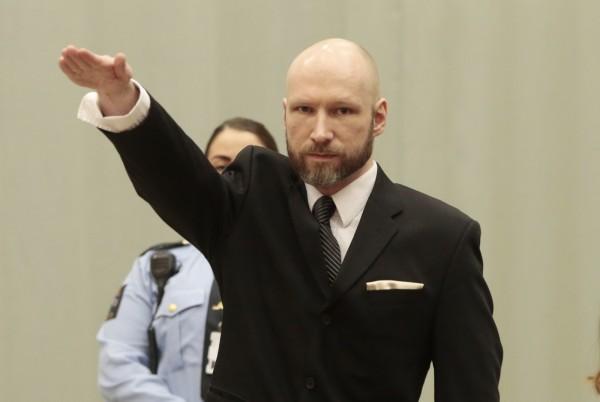 布雷維克出庭時再度行納粹式敬禮,遭到法官制止。(法新社)