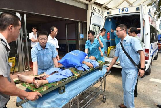 一架海軍巡邏機緊急飛赴永暑島機場,轉運3名重病工人至海南三亞醫院。圖為抵達三亞鳳凰機場的三名傷員。(圖擷自人民網)