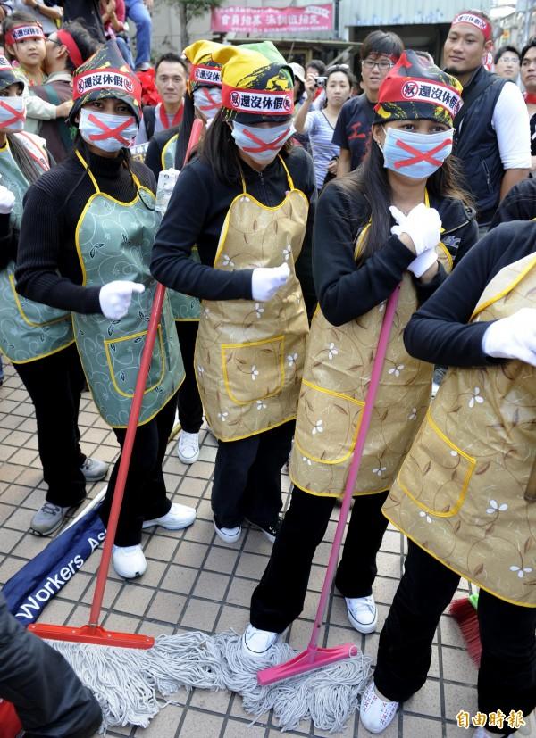 台灣國際勞工協會曾為家事外勞的合理休假保障,發動遊行到勞委會,當時外勞們還帶著打掃用具前往,以表達不滿。(資料照,記者叢昌瑾攝)