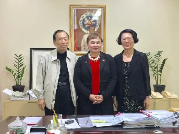 陳由豪(左)擬以鉅額投資菲律賓,我國駐菲律賓代表處今天廣發新聞稿致菲國媒體,警惕菲國各界注意「陳由豪是臭名昭彰的騙子」。(圖擷自臉書)