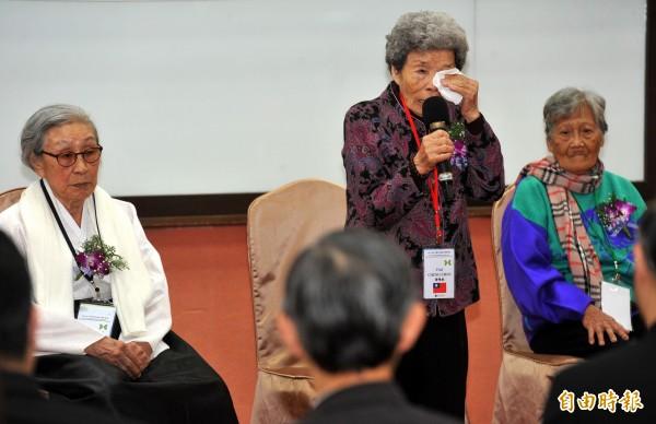 小桃阿嬤(中)希望能完成學業,台南女中決定頒發紀念版畢業證書以助阿嬤完成心願。(資料照,記者簡榮豐攝)