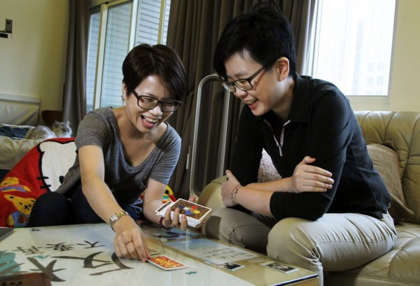 台灣婚姻平權法案即將通過,32歲的陳小姐(右)指出,「以後我的同性伴侶出了什麼事,我將不再會什麼辦法都沒有了」。(美聯社)