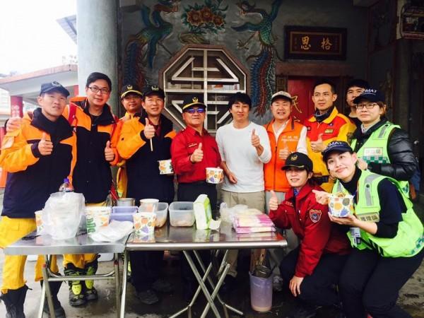 野崎孝男(白衣)在花蓮災區用簡單的攤位煮拉麵,給辛苦的救難人員享用。(圖擷自「Mr.拉麵」臉書粉專)