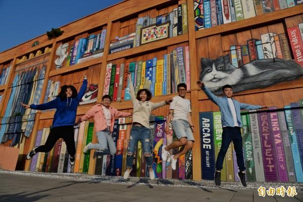 台灣藝術家楊惟竹的「歡迎來到我的房間」,是非常受歡迎的大型牆面彩繪。(記者 許麗娟攝)