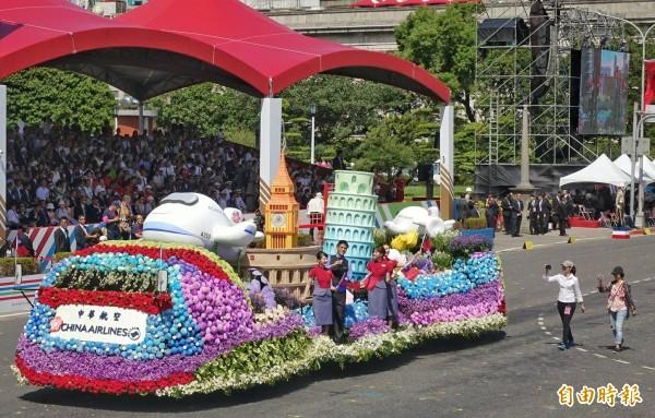 國慶花車大遊行中,華航花車獲得網友一致讚賞。(記者方賓照攝)