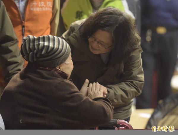 民進黨今公布「花蓮地震救災滿意度民調」,民眾對總統蔡英文的支持度,以及對蔡英文近期表現滿意度,都達到5成。圖為蔡英文8日赴花蓮體育館安置所探視災民。(資料照)