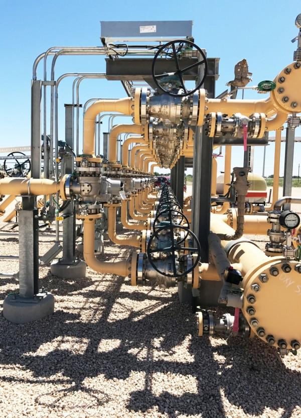 美國原油供應量連續第三週上升,導致油價下跌。(路透)
