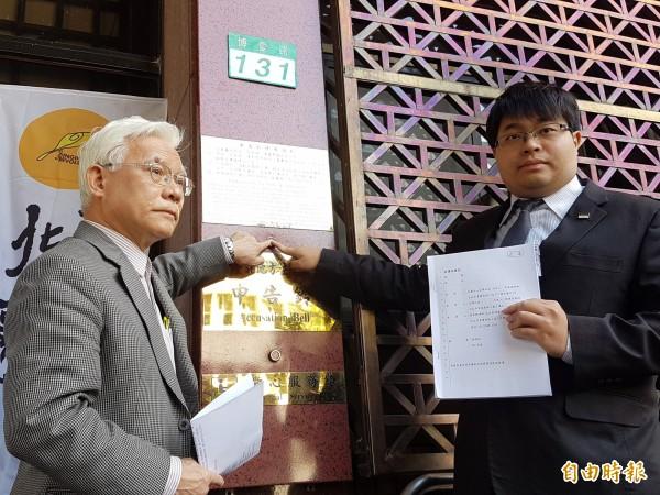 律師黃帝穎(右),13日向台北地檢署按鈴告發,指控前檢察總長黃世銘涉偽證罪。(資料照,記者錢利忠攝)