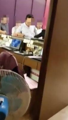 婚禮女主持人指自己遭餐廳老闆咆哮,她將影片PO網。(圖擷取自爆料公社影片)