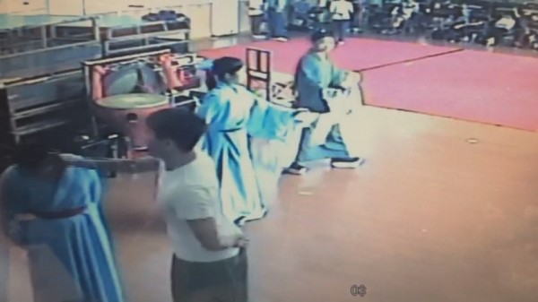 李菄峻之前又動手直接拍打女學生的頭部。(圖擷自影片)
