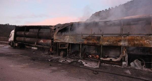 車禍發生的猛烈的火勢,巴士(左)燒得只剩下焦黑的骨架。(圖截自每日沙巴報)