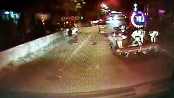屏東縣里港鄉昨天深夜發生一起騎士酒駕意外,釀成1死2傷,救護人員趕赴現場欲將傷患送醫。(記者邱芷柔翻攝)