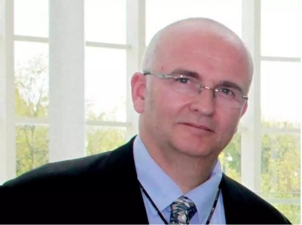 布朗霍爾在兩名患者的肝臟留下烙印,被判罰1萬英鎊,還要做12個月的社會服務。(圖翻攝自《Independent》)