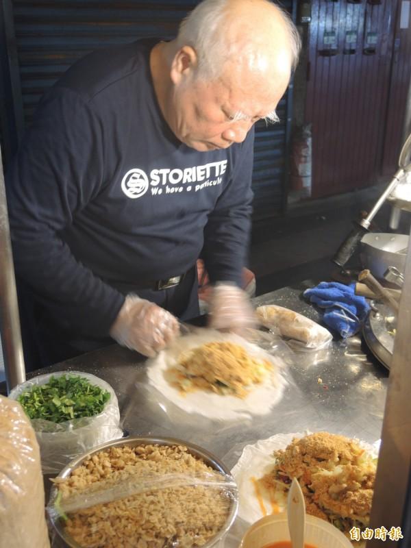 鍾福清的潤餅捲始終堅持給顧客最實在的食材。(記者翁聿煌攝)