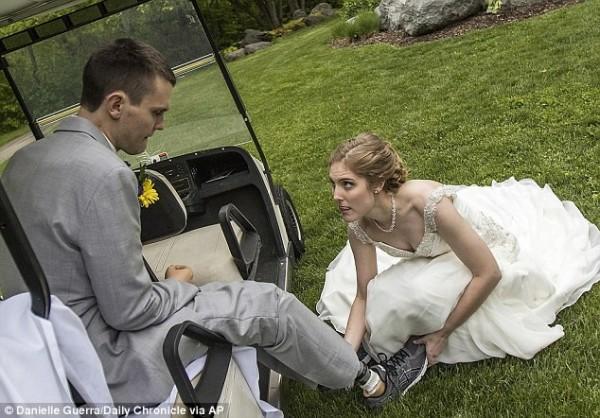 現年25歲曼吉斯(圖左)曾是一名優秀的高中運動員,他去年1月在前往觀看芝加哥公牛隊的比賽時,突然罹患葡萄球菌肺炎並昏迷,過程中他的女友始終不離不棄,兩人進日順利完婚。(圖擷自DailyMail)