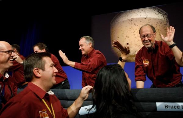 「洞察號」(InSight)成功登陸火星後,NASA總部歡聲雷動。(歐新社)