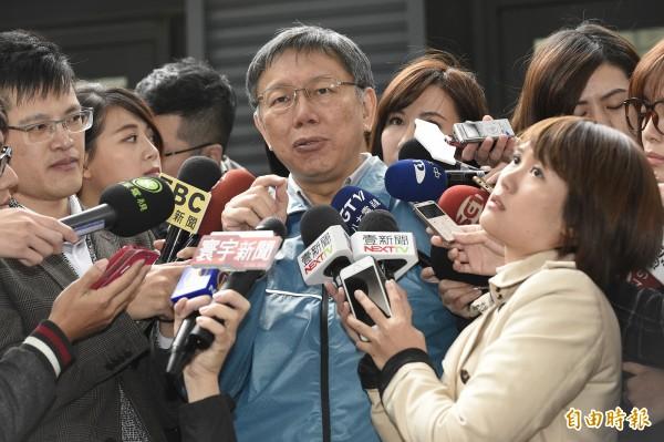 台北市長柯文哲出席106年度台北市傑出市民表揚活動,會後針對民宅火警、台大濺血、世大運鬧場、重陽敬老濺血案等議題進行回應。(記者陳志曲攝)
