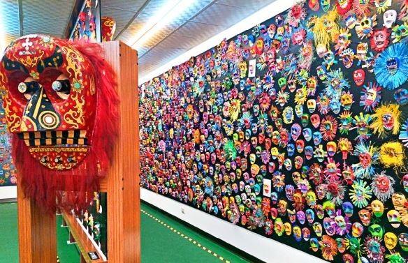 從宋江陣演變而來的金獅陣有著凝聚鄰里守衛社區的意義,獅頭更是其中獨特的傳統工藝。為了傳承這份無形文化資產,台南市的國小校長聯合舉辦彩繪獅頭比賽,昨日更將三八九五個作品放置在文物館中收藏,場面壯觀。(記者邱灝唐攝)
