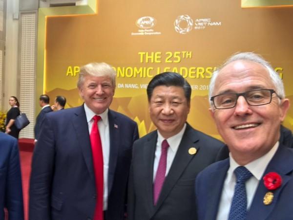 澳洲總理滕博爾(Malcolm Turnbull,右)在APEC與美國總統川普(左)和中國領導人習近平(中)自拍。(圖擷自推特)