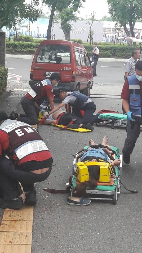 救護人員搶救遭小貨車衝撞的李女(前者)、黃姓男律師(後者)。(記者王俊忠翻攝)