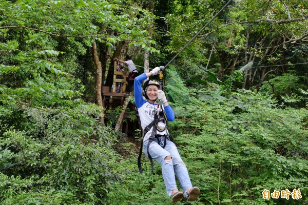 在森林裡體驗滑索飛翔,彷彿化身泰山般,可以輕易從這頭飛到樹林的那頭。(記者許麗娟攝)