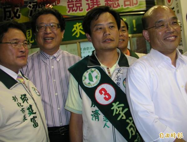 汪笨湖(左二)也曾與蘇貞昌(右一)、邱建富(左一)一起幫曾參選民進黨花壇鄉長補選的候選人李成濟(右二)掃街助選。(資料照,記者吳為恭攝)