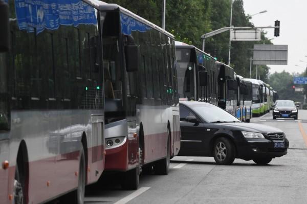 北京大量警力圍捕P2P抗議群眾,120多輛巴士沿著銀監會週遭的街道排列,一路綿延到約3公里外的北京釣魚台國賓館。(法新社)