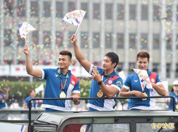 2018亞洲運動會選手代表團領軍的花車遊行嘉年華。(記者劉信德攝)