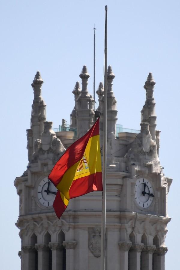 西班牙降半旗為罹難者致哀。(法新社)