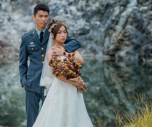 新娘擺冷酷表情,是想呈現「軍眷默默在背後守護家庭的堅毅」。(圖翻攝自青年日報臉書粉專)