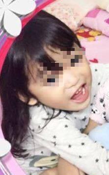馬來西亞今(2)凌晨傳出一起女童墜樓意外,父母半夜帶氣喘發作的2歲幼子掛急診,回家時卻驚見6歲長女滿身血倒臥停車場,送醫後不治。(圖擷取自臉書)